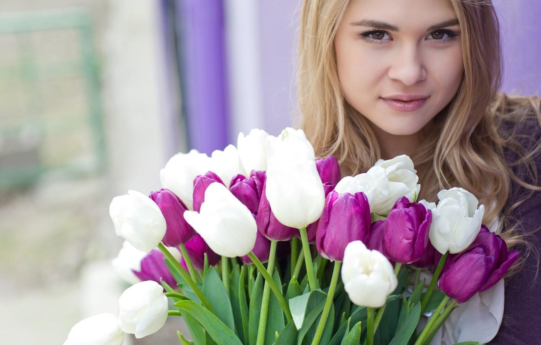 Картинка девочка и тюльпаны
