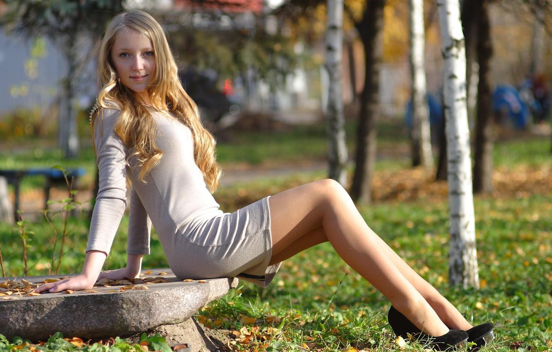 Фото обои взгляд, девушка, природа, парк, девушки, милая, камень, платье, блондинка, туфли, каблуки, береза, ножки, красивая, сладкая, …