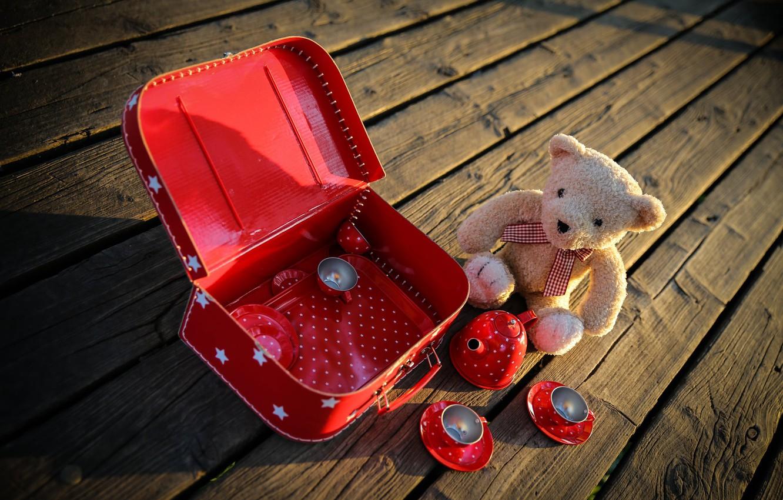 Фото обои игра, игрушки, доски, мишка, посуда, чемодан, плюшевый