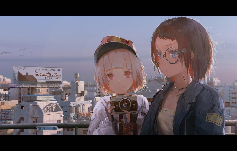 Фото обои город, улыбка, девушки, дома, аниме, арт, очки, фотоапарат, novelance