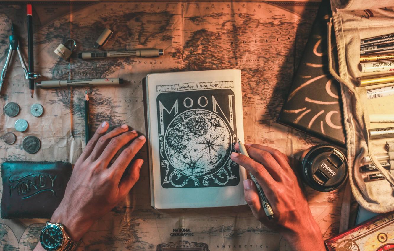 Фото обои фото, замок, рисунок, часы, карта, деньги, руки, ручка, альбом, объектив, блокнот, книга, монеты, фломастер, notebook, …