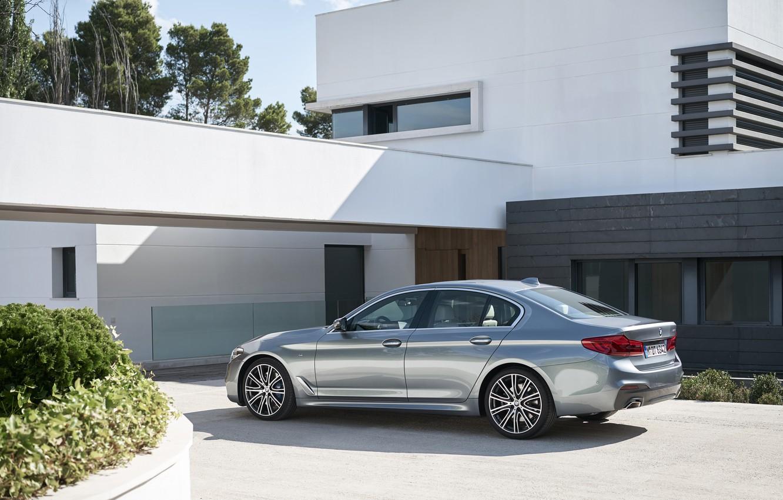 Фото обои небо, дом, растительность, BMW, стоянка, сзади, вид сбоку, клумба, фасад, 540i, 5er, M Sport, 2017, …