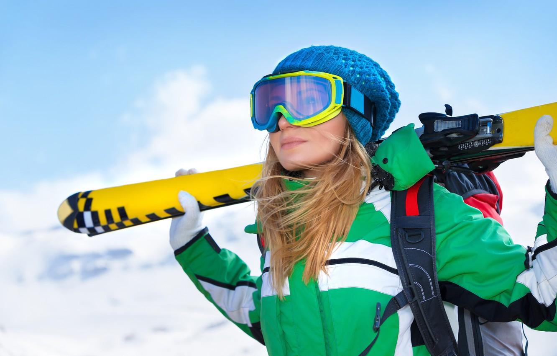 Фото обои зима, небо, девушка, снег, горы, поза, фон, шапка, лыжи, очки, куртка, блондинка, перчатки, спортсменка, рюкзак, …