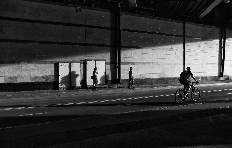 Фото обои парк, музыка, настроение, контраст, мужчина, прогулка, жанр, пешеходы, велосипеды, черно - белое, динамика, прогулка на …
