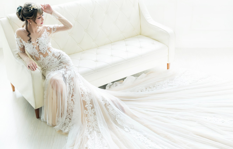 Фото обои поза, стиль, диван, азиатка, невеста, свадебное платье