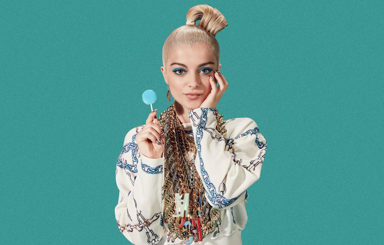 Фото обои взгляд, украшения, поза, фон, портрет, макияж, прическа, блондинка, наряд, певица, американская, чупа чупс, Bebe Rexha, ...
