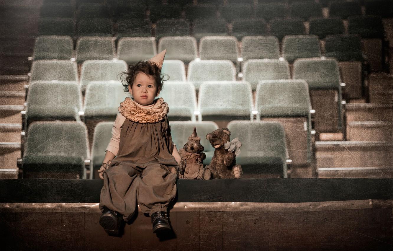Фото обои грусть, взгляд, Девочка, Игрушки