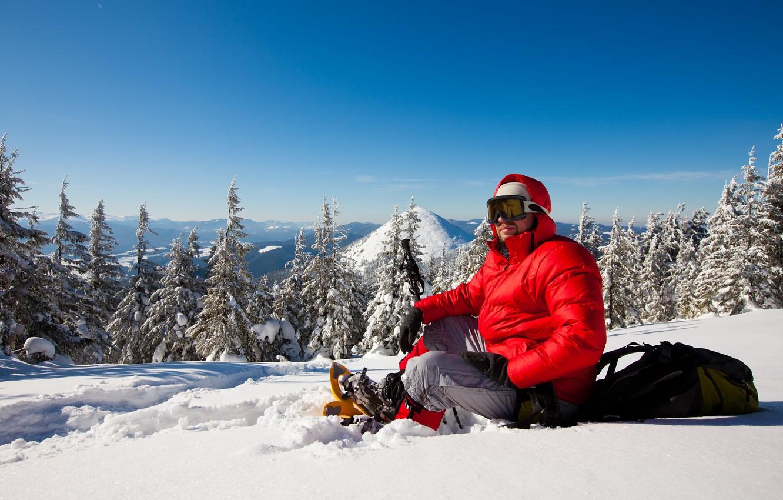 Фото обои зима, лес, небо, солнце, снег, деревья, пейзаж, горы, природа, шапка, палки, очки, куртка, капюшон, мужчина, …