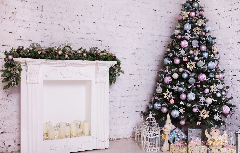 Фото обои украшения, комната, игрушки, елка, Новый Год, Рождество, white, Christmas, design, wood, blue, pink, Merry Christmas, …
