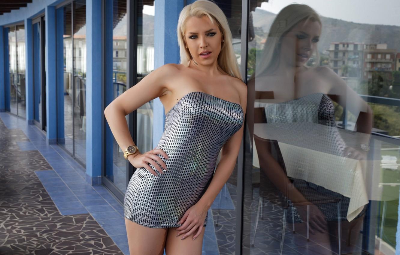 Фото обои стекло, секси, поза, отражение, модель, макияж, фигура, платье, прическа, блондинка, Yasmin