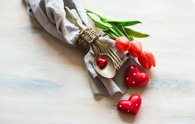 Фото обои цветы, праздник, приборы, ложка, сердечки, тюльпаны, вилка, фигурки, салфетка
