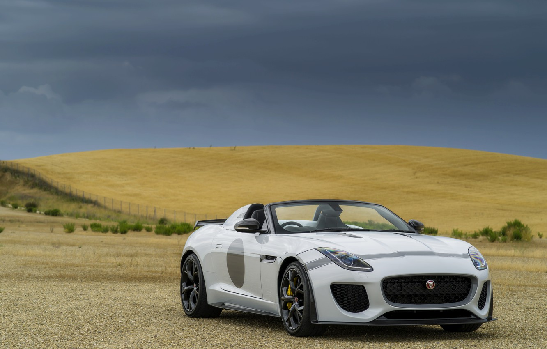 Фото обои поле, белый, пасмурно, Jaguar, равнина, холм, V8, 575 л.с., 5.0 л., F-Type Project 7
