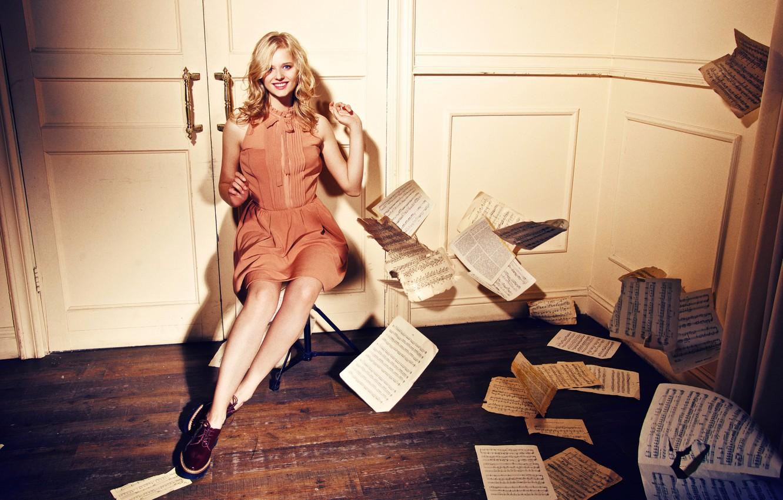 Фото обои девушка, улыбка, бумага, ноты, двери, актриса, блондинка, листы, красивая, Александра Бортич