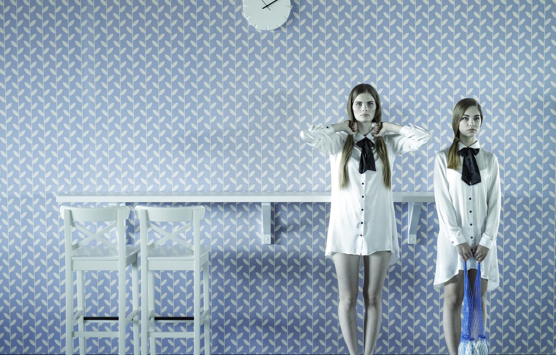 Фото обои комната, молоко, бутылки, две девушки, авоська