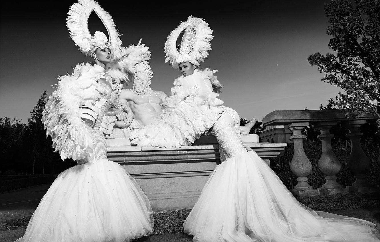 Фото обои поза, стиль, платье, чёрно-белая, скульптура, две девушки, модели, монохром, головной убор, Александр Лищинский, Slinky-Aleksandr