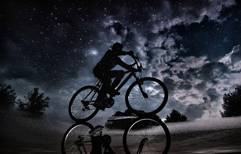 Фото обои небо, облака, ночь, отражение, лужа, велосипедист