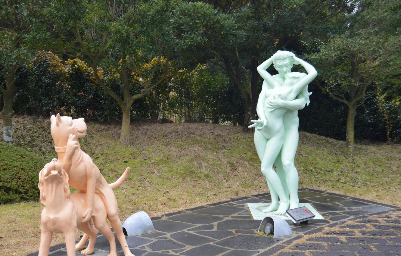 Фото обои поза, человек, собака, памятник, статуя, прикол, привет, одновременно, Ситуация, соитие