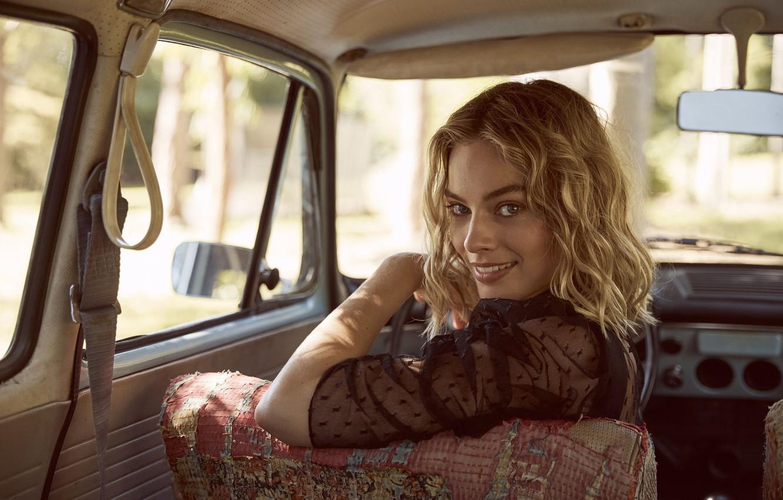 Фото обои авто, улыбка, актриса, блондинка, красотка, smile, beauty, blonde, блонда, margot robbie, марго робби