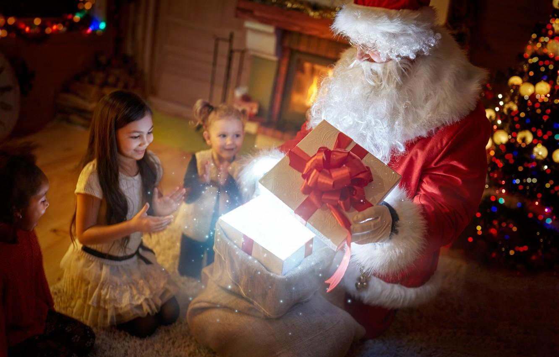 Фото обои зима, ночь, дети, подарок, волшебство, девочки, елка, Новый год, камин, magic, Санта Клаус, бант, гирлянды, …