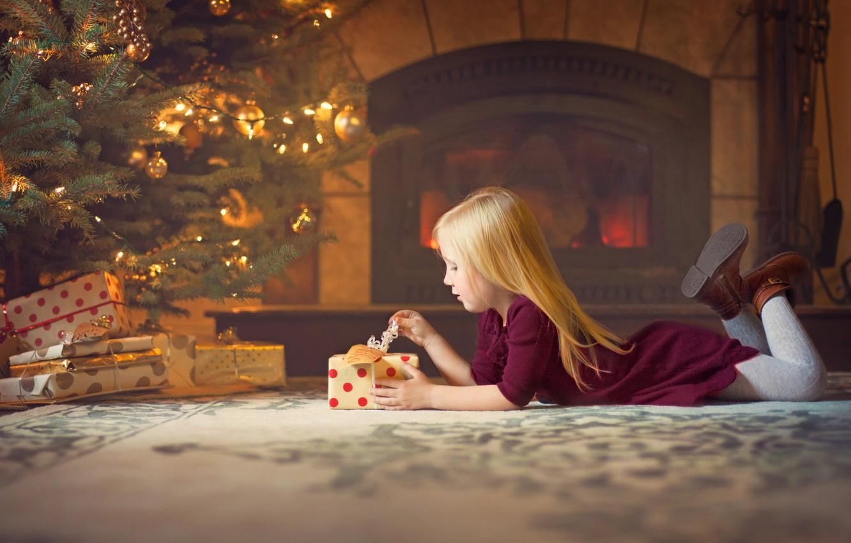 Фото обои украшения, комната, праздник, новый год, рождество, девочка, подарки, ёлка, камин, ребёнок, коробки