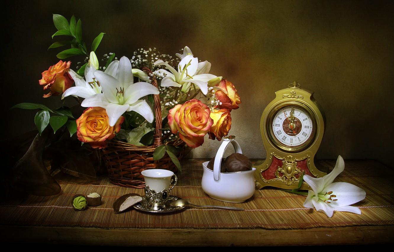 Фото обои цветы, корзина, лилии, часы, розы, конфеты, ткань, натюрморт, десерт, чашечка, still life, вазочка, зефир