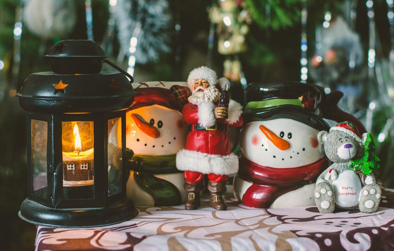 Фото обои дождь, праздник, игрушки, новый год, рождество, свеча, мишка, фонарь, снеговики, ёлка, санта клаус