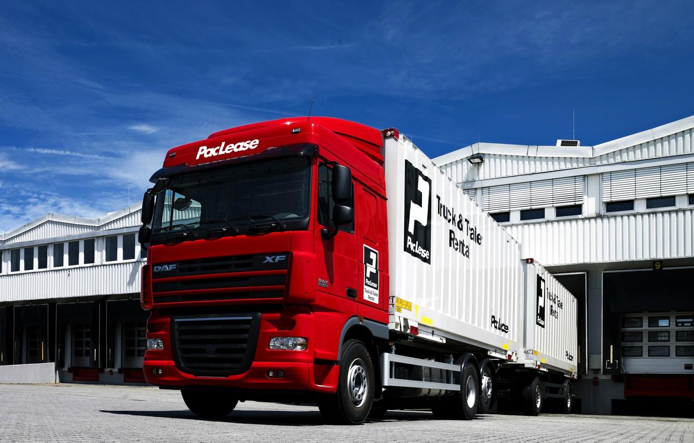 Фото обои небо, облака, красный, склад, прицеп, DAF, ДАФ, автопоезд, контейнеровоз, 6х2, бортовая платформа, DAF XF105.460