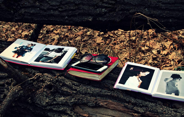 Фото обои лес, листья, дерево, листва, книги, очки, книга, телефон, бревно, iphone, forest, модели, leaves, солнечные очки, …