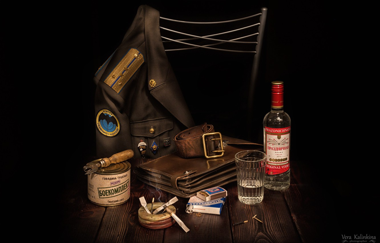 Фото обои стакан, ремень, водка, планшет, сигареты, китель, консерва