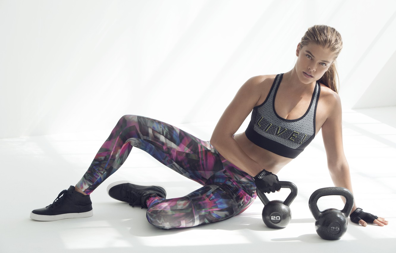 Фото обои поза, перчатки, фитнес, pose, Nina Agdal, воркаут, workout, fitness, gloves, Нина Агдал, гири, CrossFit, Кроссфит
