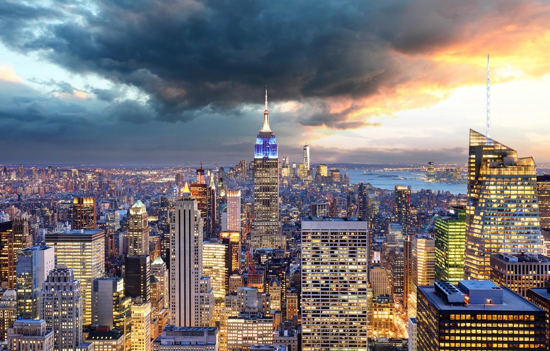 Фото обои небо, тучи, мост, огни, дома, Нью-Йорк, небоскребы, панорама, залив, США, Манхэттен, мегаполис