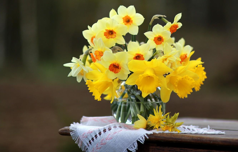 Фото обои цветы, ваза, столик, салфетка, нарциссы