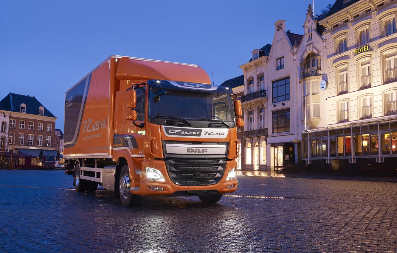 Фото обои свет, оранжевый, город, вечер, освещение, площадь, фургон, сырость, DAF, ДАФ, Silent, бортовая платформа, 4х2, Euro6, …
