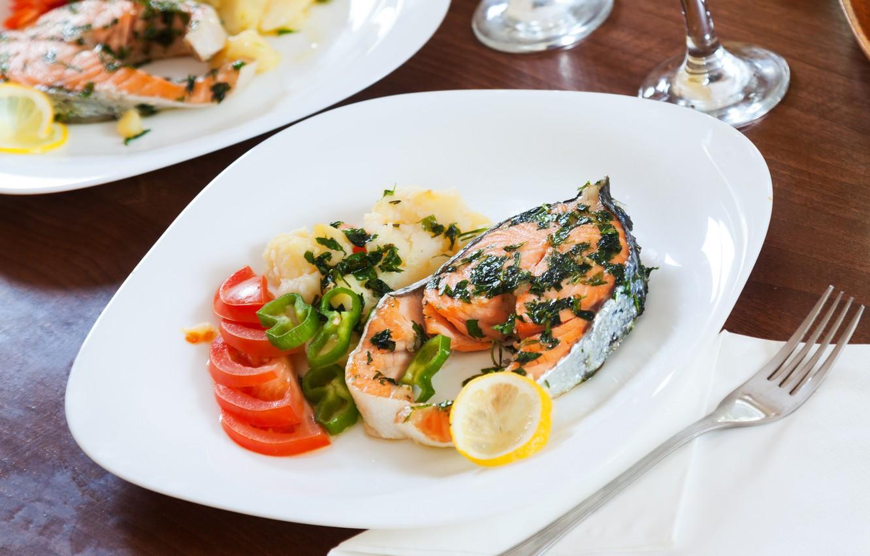 Фото обои зелень, лимон, тарелка, перец, соус, томаты, лосось, стейк, пюре