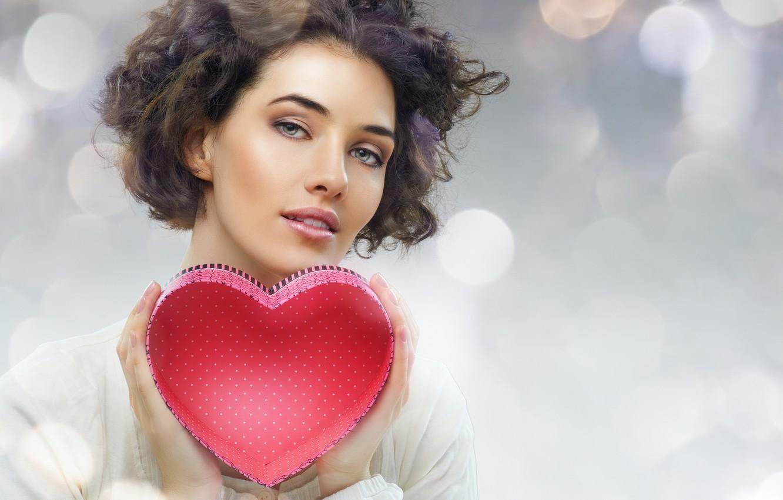 Фото обои взгляд, блики, фон, коробка, сердце, макияж, прическа, шатенка, красотка, красная, День святого Валентина, в белом