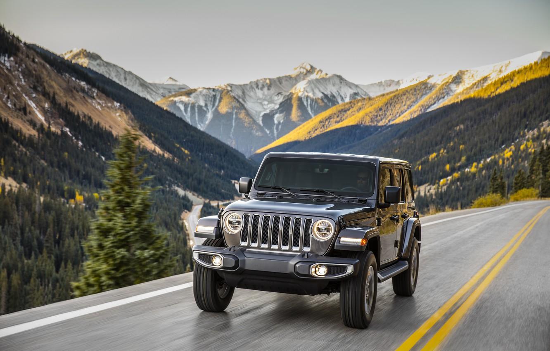 Фото обои дорога, лес, деревья, горы, движение, разметка, 2018, Jeep, тёмно-серый, Wrangler Sahara