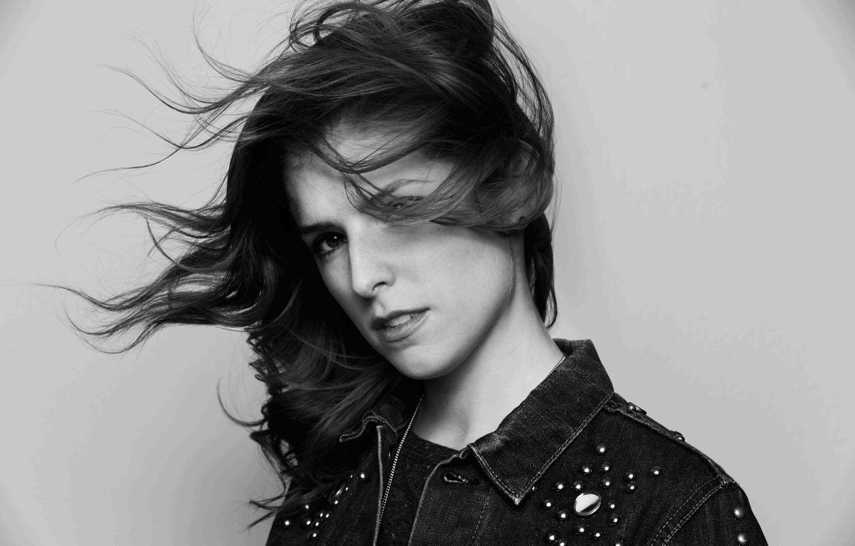 Фото обои ветер, актриса, черно-белое, Anna Kendrick