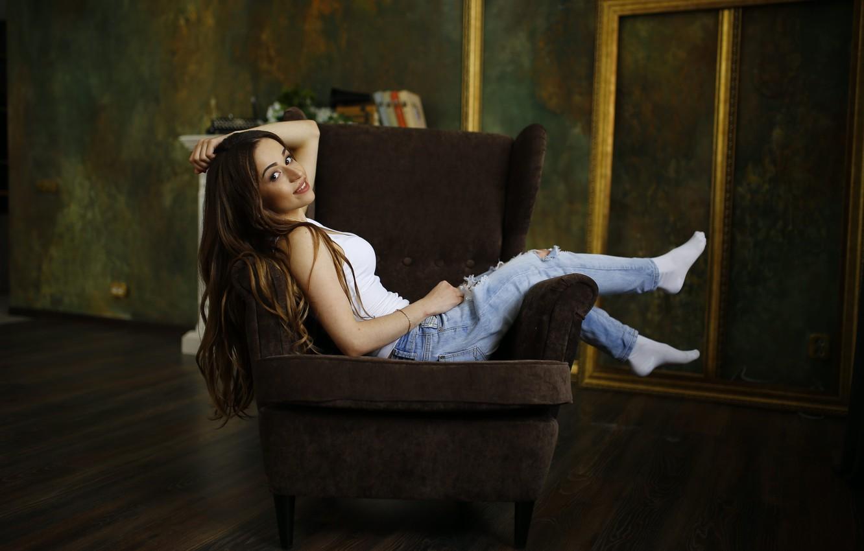 Спалила подглядыванием девушки в кресле онлайн девушка
