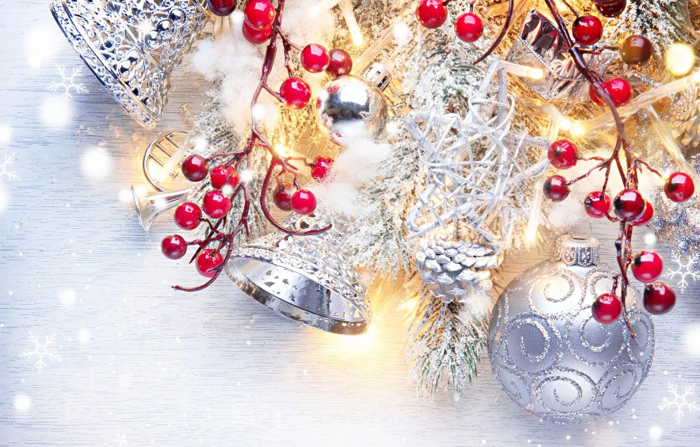 Фото обои ягоды, праздник, шары, игрушки, новый год, бусы, колокольчики, ветки ели