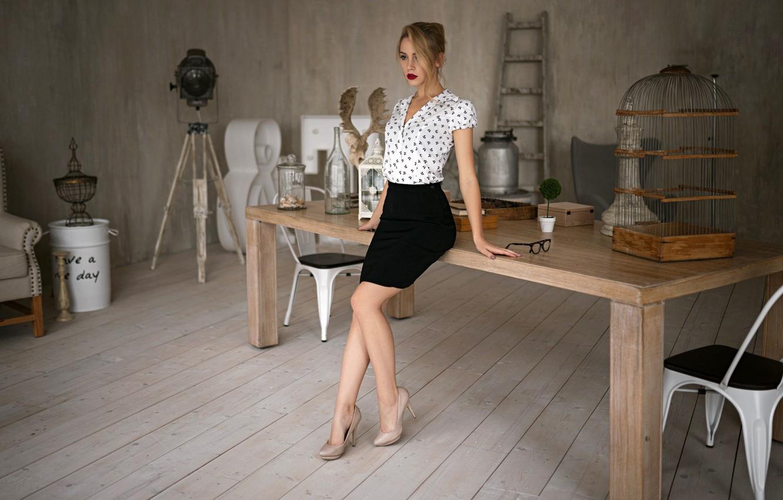 Фото обои секси, поза, модель, юбка, интерьер, макияж, фигура, стройная, прическа, туфли, блузка, шатенка, красотка, стоит, у …