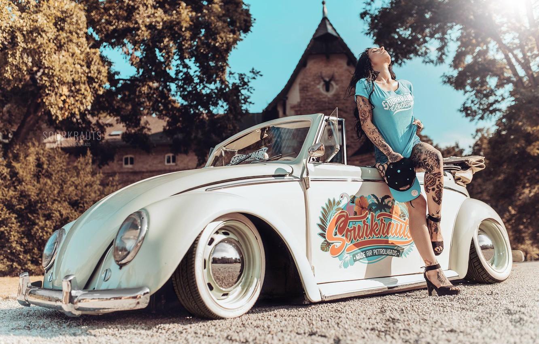 Фото обои машина, девушка, поза, стиль, настроение, тату, кабриолет, автомобиль, Volkswagen Beetle