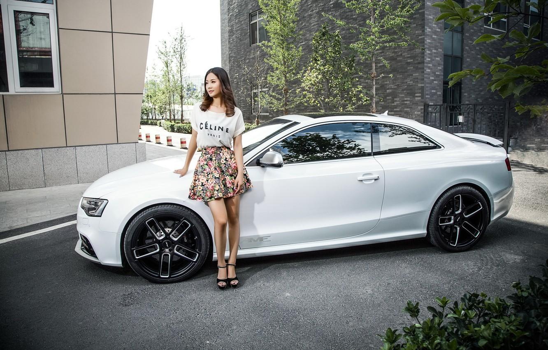 Фото обои взгляд, Audi, Девушки, прическа, красивая девушка, белый авто, азматка
