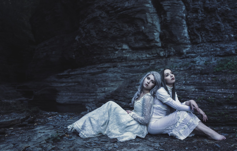 Фото обои природа, поза, темнота, темный фон, девушки, настроение, скалы, берег, две, портрет, ситуация, руки, блондинка, шатенка, …