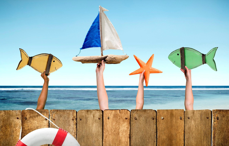 Фото обои рыбки, дети, забор, руки, фигурки