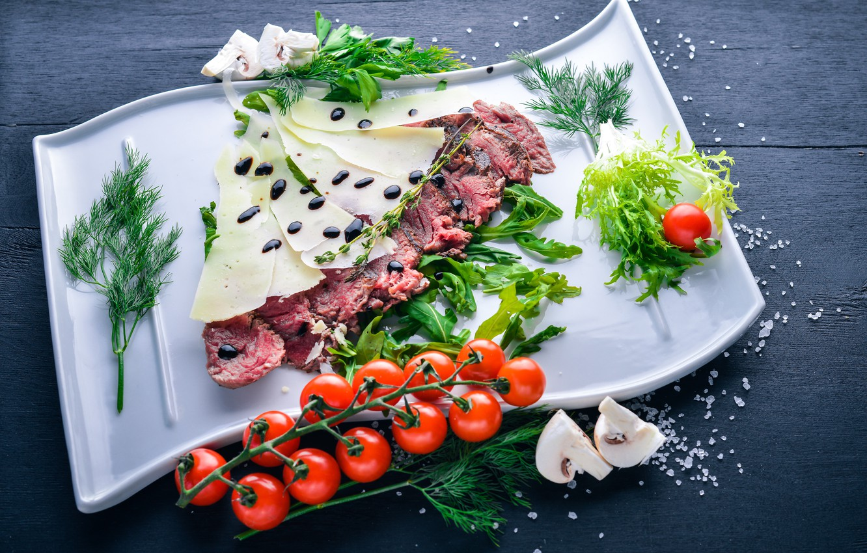 Фото обои зелень, грибы, еда, сыр, мясо, нарезка, соль, meal, italian, sauce, помидоры-черри, parmesan, veal