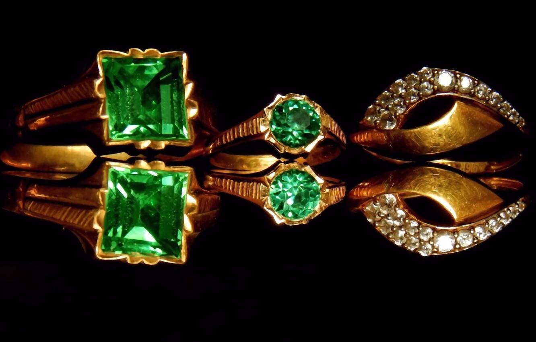 Фото обои отражение, обои, блеск, черный фон, драгоценные камни, золотые украшения, изумруды