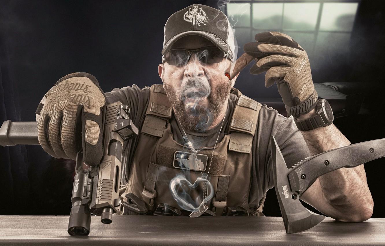 Фото обои оружие, мужик, сигара, сердечко, экипировка