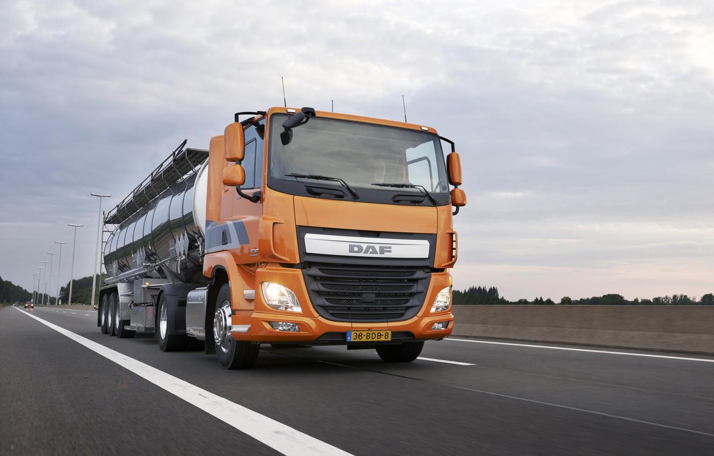 Фото обои дорога, облака, деревья, оранжевый, DAF, цистерна, седельный тягач, ДАФ, полуприцеп, 4х2, Euro6, DAF CF 440 …