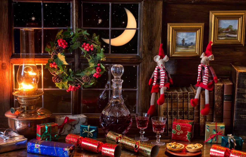 Фото обои вино, книги, лампа, месяц, мышь, печенье, окно, подарки, венок, шишки, рябина