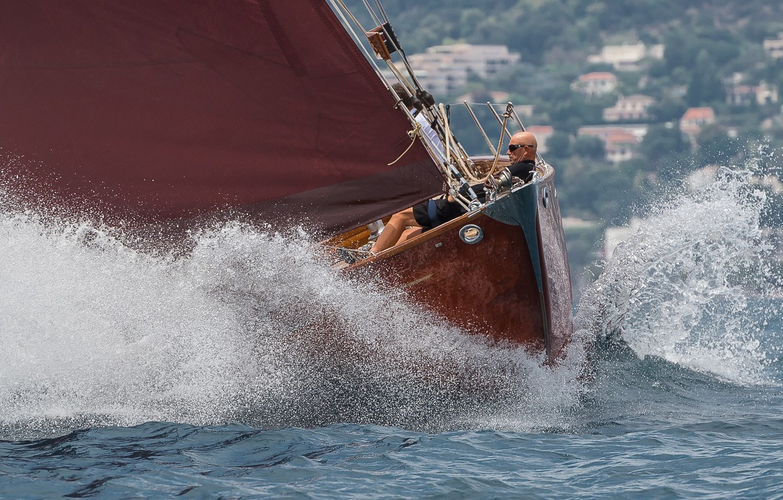 Фото обои море, брызги, парусник, яхта, лысый мужик